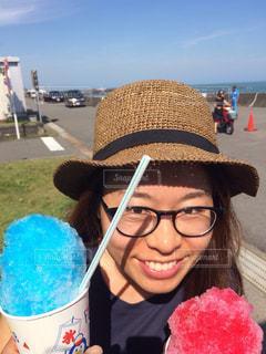 女性,青空,めがね,眼鏡,麦わら帽子,かき氷,メガネ,カキ氷,ブルーハワイ