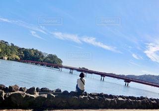 ぼーっと海を眺めるの写真・画像素材[2173547]