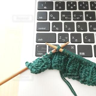 パソコンで編み図を見ながら編みますの写真・画像素材[924889]