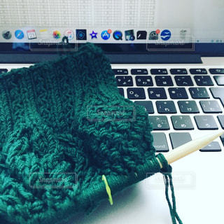 パソコンを使って編み物の写真・画像素材[924896]