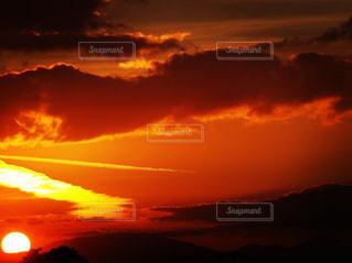 夕焼け空に浮かぶ雲の写真・画像素材[986949]