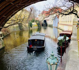 チェコ プラハ。橋の下を進むボートの風景♪の写真・画像素材[829434]