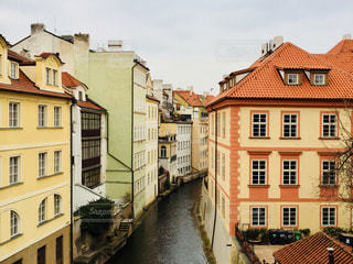 チェコ プラハ♪ 小川沿いの可愛い建物♪の写真・画像素材[829817]