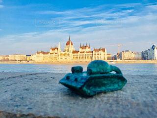 ハンガリー ブダペスト。対岸の国会議事堂と戦車のオブジェ。の写真・画像素材[1800738]