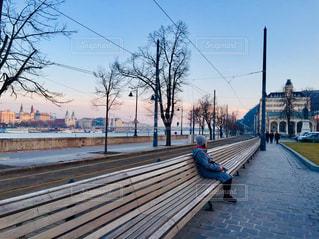 ハンガリー ブダペスト。長ーいベンチと街並みの様子♪の写真・画像素材[1803279]