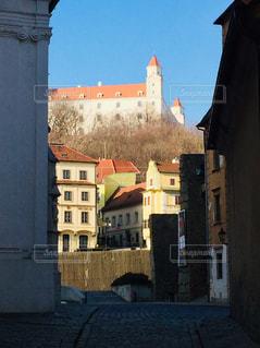 スロバキアの首都ブラチスラバ。ブラチスラバ城を背にした街並み♪の写真・画像素材[1831309]