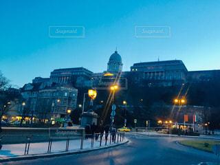 風景,空,建物,冬,夜,夜景,海外,道路,夕方,ヨーロッパ,景色,光,観光,ライトアップ,道,人,通り,ハンガリー,ブダペスト,景観,トラベル,王宮,2月,ブダ王宮