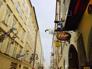黄色い建物が連なる可愛いらしい街、オーストリア ザルツブルク🇦🇹の写真・画像素材[1860243]