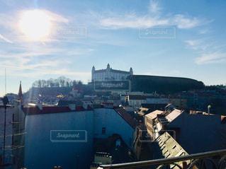 スロバキアの首都ブラチスラバ。逆光に映えるブラチスラバ城&街並み🇸🇰の写真・画像素材[1872613]