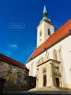 青空に映えるスロバキアの首都ブラチスラバの聖マルティン大聖堂🇸🇰の写真・画像素材[1884042]