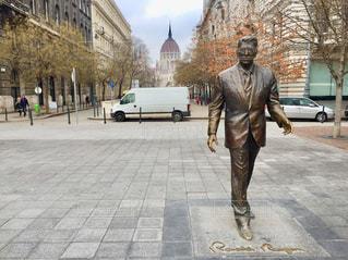 ハンガリー ブダペスト。国会議事堂を背に、アメリカのレーガン大統領の銅像を撮影🇭🇺の写真・画像素材[1986969]