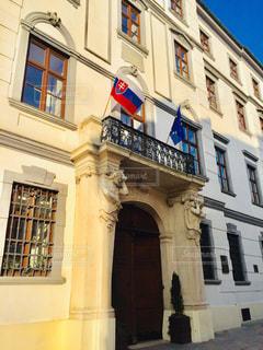 建物,屋外,海外,きれい,茶色,窓,ヨーロッパ,観光,旅行,ドア,国旗,可愛い,旗,ベージュ,海外旅行,スロバキア,景観,トラベル,日中,Eu,フォトジェニック,ブラチスラバ,東欧,アーキテクチャ,インスタ映え,フラグ,ミルクティー色
