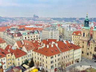 可愛いらしい建物が立ち並ぶ、チェコの首都プラハの街並みです🇨🇿の写真・画像素材[2054721]