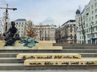 ハンガリー ブダペスト。ハンガリーの有名な詩人の銅像とその周辺の街並み🇭🇺の写真・画像素材[2060506]