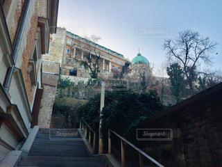 階段下から見上げる角度で撮影した、ハンガリー ブダペストのブダ王宮🇭🇺の写真・画像素材[2063744]