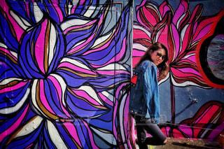 覆われている落書きの壁の前に立っている女性 - No.1026909