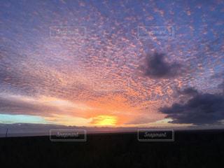 近くに空には雲の上の写真・画像素材[955402]