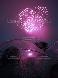 傘と雨の中の花火 - No.825426