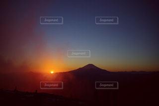 背景にオレンジ色の夕日の写真・画像素材[982982]
