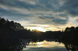水の体に沈む夕日の写真・画像素材[957924]
