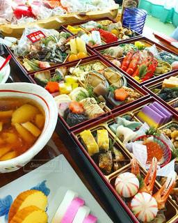 テーブルの上に食べ物の束の写真・画像素材[1719219]