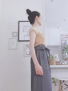 部屋に立っている人の写真・画像素材[2288932]