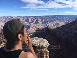 峡谷の前に立っている人の写真・画像素材[710746]