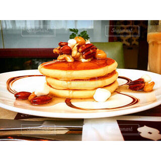 テーブルの上に食べ物のプレート - No.801615