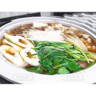 テーブルの上に食べ物のプレートの写真・画像素材[801616]