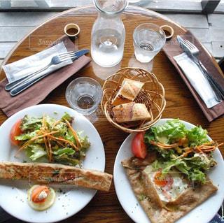テーブルの上に食べ物のプレート - No.785073