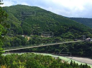 山の側に座っている鉄道の写真・画像素材[799068]