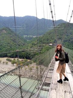 橋の上に立っている人の写真・画像素材[799069]