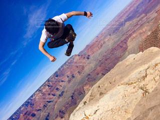 絶景を背に思いっきりジャンプ!!の写真・画像素材[820073]