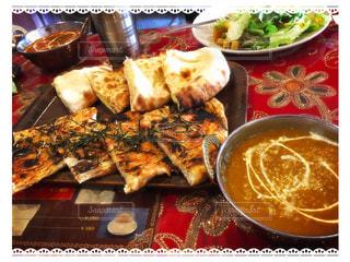 テーブルの上に食べ物のプレートの写真・画像素材[791773]
