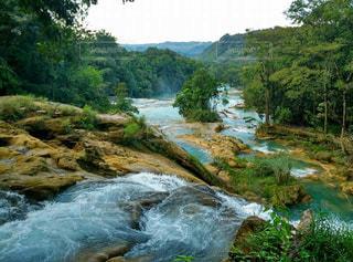水の体の上の大きな滝の写真・画像素材[956365]
