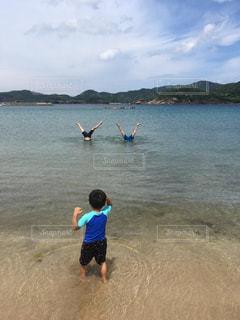 海,夏,少年,開脚,Vサイン,父見て困惑する子供