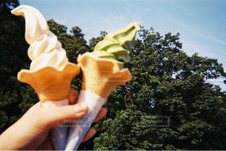 アイス クリーム コーンを持っている手の写真・画像素材[706218]