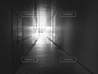 白い壁の部屋の写真・画像素材[823938]