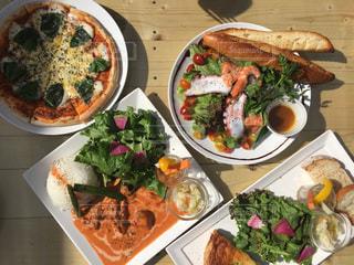 テーブルの上に食べ物の種類でいっぱいのボックス - No.744718