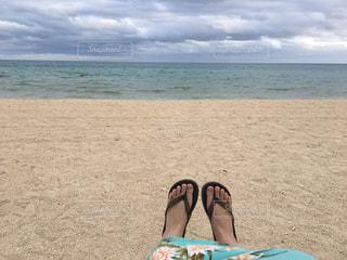 ビーチに座っている人の写真・画像素材[1115828]