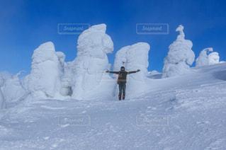 雪に覆われた斜面をスキーに乗っている人のグループ - No.1115838