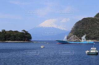 水の大きな体で小さなボートの写真・画像素材[1115860]