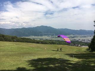 フィールドに凧の飛行の人々 のグループの写真・画像素材[1115904]