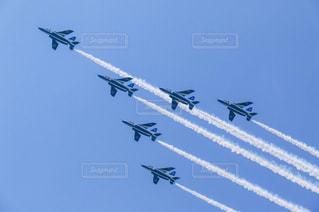青い空を飛んでいるジェット戦闘機 - No.1115918