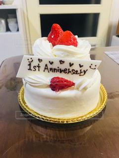 誕生日ケーキをのせた白プレートの写真・画像素材[1115982]