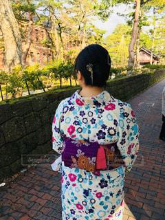 携帯電話で話している若い女の子の写真・画像素材[1118787]