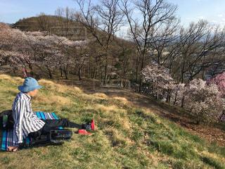 草の上に座っている男にフィールドが覆われています。の写真・画像素材[1118812]