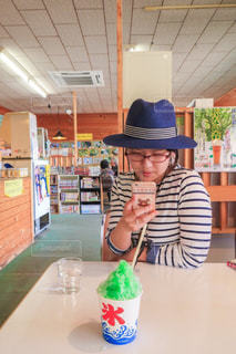 誕生日の帽子と、テーブルに座っている人 - No.1119658