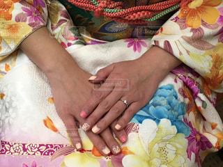 毛布の上に動物のぬいぐるみを持っている人の写真・画像素材[1149826]