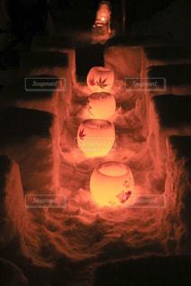 暗い部屋で燃える火の写真・画像素材[1762781]